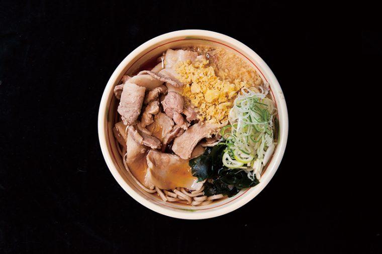 ↑肉そば(490円) 精肉店で購入した豚肉を店のつゆで煮込んで味付けし、 そばにトッピング。あげ玉でコクが加わり、文句なしにうまい。