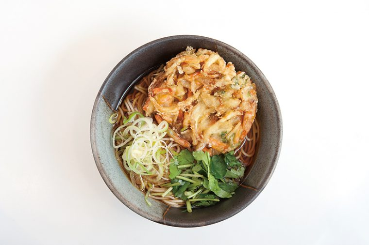 ↑かき揚げそば(440円) 玉ねぎ、に んじん、春菊入 りのかき揚げは揚 げ置き。つゆを吸って柔 らかくなったところをそばと 一緒に食べてもうまい。