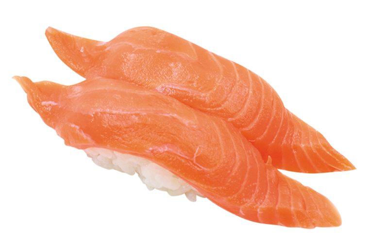 ↑サーモン/二貫(138円) サーモンがシャリを覆い 尽くすほどビッグサイズで 肉厚。脂の乗りがどよく、 うまみが口の中にじんわり 広がる。128円は安い!