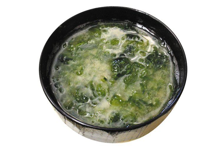 ↑のり汁(138円) 青のりがたっぷり入 って風味が豊かなみ そ汁。小さめサイズ かつ値段が安いので、 気軽に注文できる。