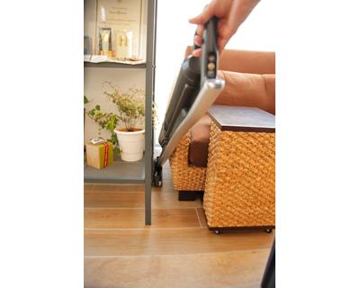 ↑I字型にするとノズル幅わずか5cmとスリム設計のiT。こんな隙間にも楽々入り込めてお掃除できてしまいます