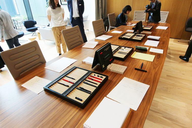 ↑製品発表会の試筆コーナー。筆記感を試すため、様々なタイプの紙が準備されていた