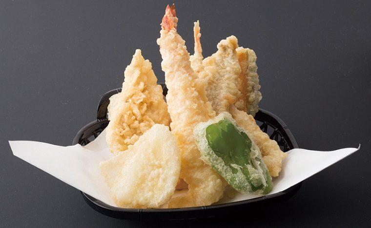 ↑天ぷら盛り合せ(864円) えびやいか、穴子な ど6種類の魚介と野 菜を天ぷらに。さっく り揚がって素材のう まみが凝縮している。