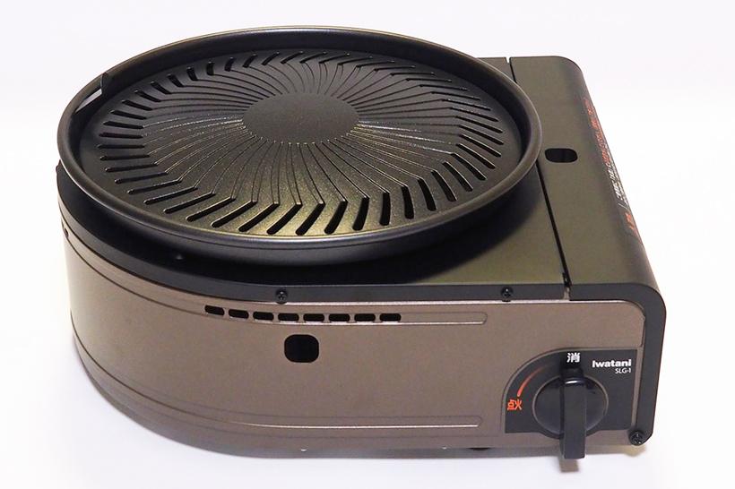 ↑ガスコンロに鉄板がのっかった形の「カセットガス・スモークレス焼肉グリル 『やきまる』 CB-SLG-1」。サイズはW303×H149×D278mm、重量は約2kgとコンパクトで持ち運びもしやすい重量