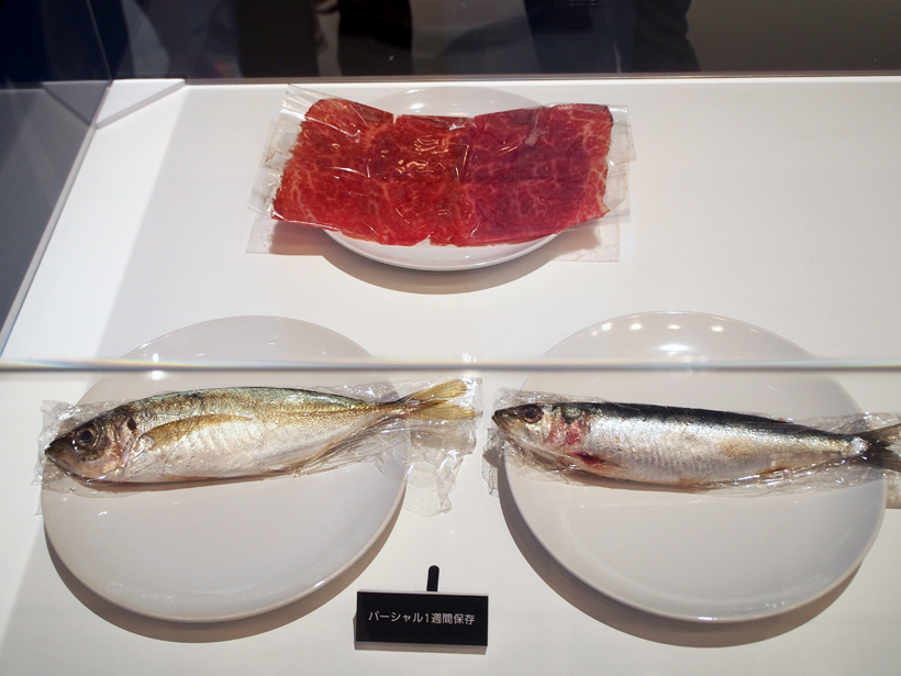 ↑微凍結パーシャルで1週間保存した肉は、おいしそうな赤い色をキープ。チルドで1週間保存した魚と肉。肉は白っぽく変色し、魚はドリップが出たり、酸化して黄色くなったりしています魚の変色やドリップもほとんど見られませんでした