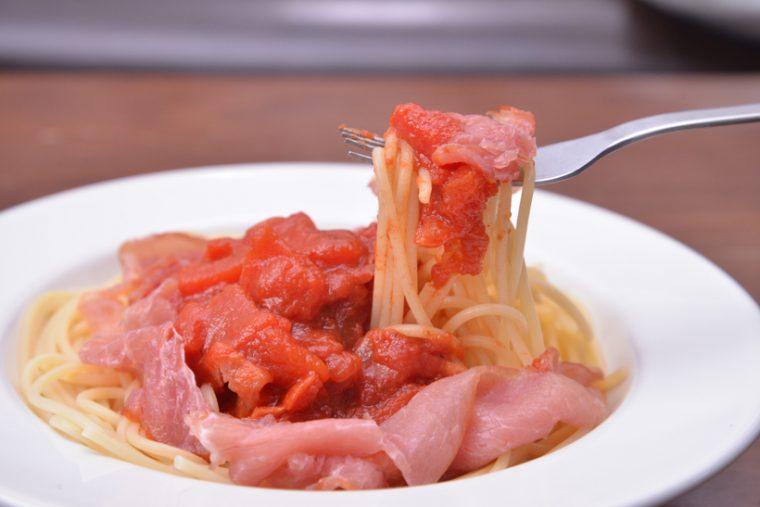 ↑3位の生ハム切り落としを炒めてから、トマトと合わせて加熱(好みで塩、ペッパーを追加)。4位のスパゲッティにかけ、生ハムをあしらえば絶品パスタが完成です!