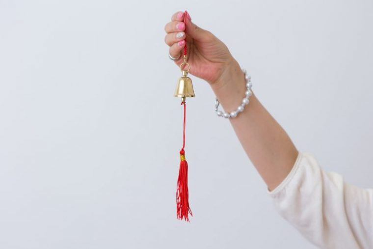 ↑玄関ドアに鈴を吊り下げておくと出入りの際に鈴の音が邪気を祓ってくれる。厄除けの意味合いで鳥居にも用いられる赤は玄関に置くアイテムのラッキーカラーでもあります