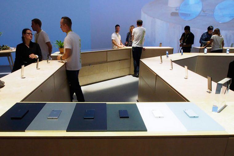 ↑ブティックのようなカウンターで新型Xperiaを展示するソニー