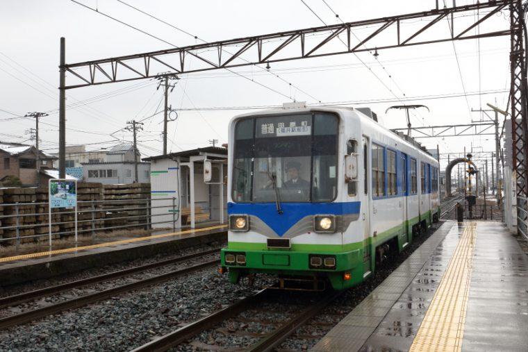 ↑商工会議所前電停から越前武生駅までは専用の鉄道線区間。この区間は郊外路線の趣が強い