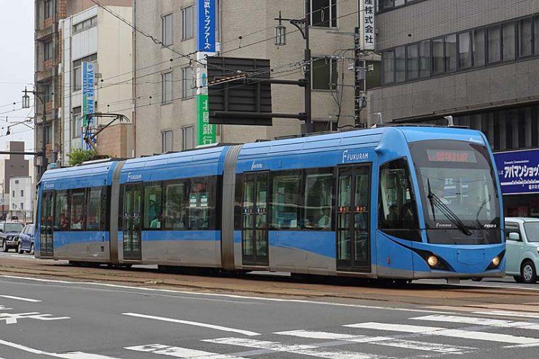 ↑福井鉄道では約50年ぶりとなる新造車F1000形。3車体連接の超低床車だ