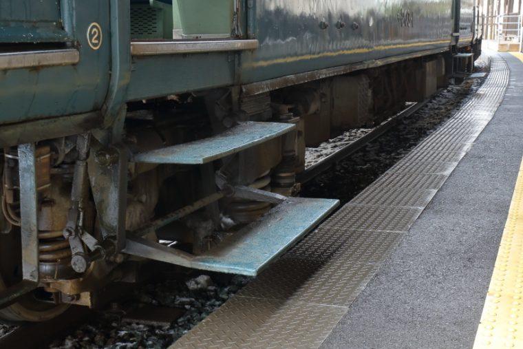 ↑200形電車は電停に着くと乗車用のステップが出てきた。乗車時、ややスリリングな構造だった