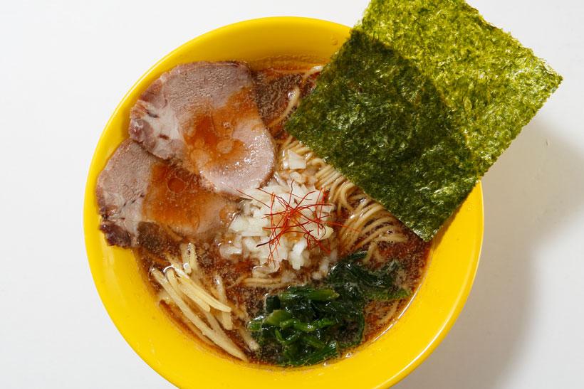 ↑煮干ラーメン(醤油) 800円。しょうがも香るスープに「凪」製麺のしな やかな細麺と、低温調理されたしっとり柔らかいチャーシュー。流行りも外さない