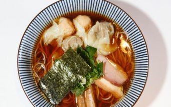 ↑白旨にこにこワンタン麺(肉2コ・エビ2コ)900円。白醤油を使った見た目も美しいスープは、甘みも感じるまろやかさ。たんたん亭、八雲スタイルのワンタンも絶品だ