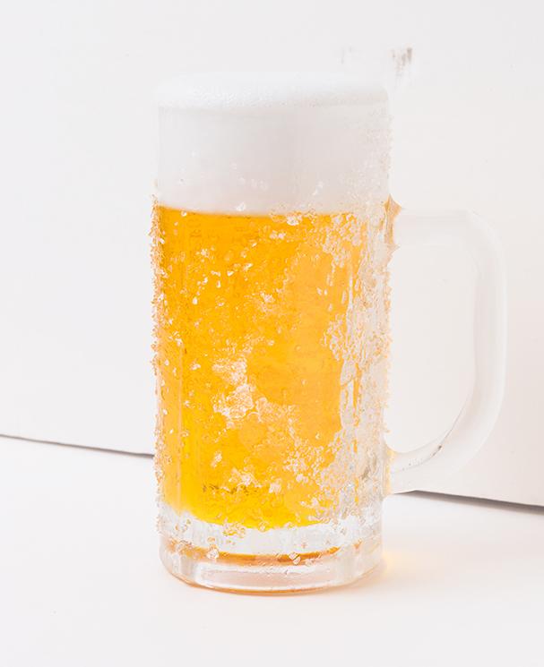 ↑霜がたくさんついた箇所と、そうでない箇所があることで、よりリアルに見えるビールジョッキ ※画像引用:「食品サンプル百貨店」編著:竹村真奈、小西七重(タイムマシンラボ)/発行:ギャンビット