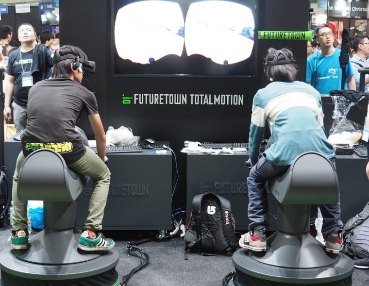 ↑HTC ViveやOculus RiftなどのVRゴーグルと連携する体感周辺機器を展示。スキーや乗馬、サーフィン、バイクレースなどのコンテンツに合わせた体感マシンを展示
