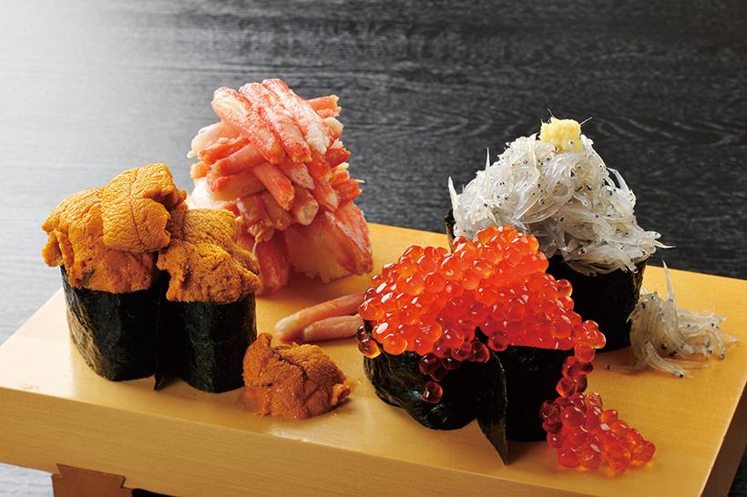 ↑こぼれ四天王(2138円) 大人気のこぼれ寿司全4種を贅沢に盛り付けた一品。ゴージャスな見た目だけでなく、品質も折り紙付きのサプライズメニューだ