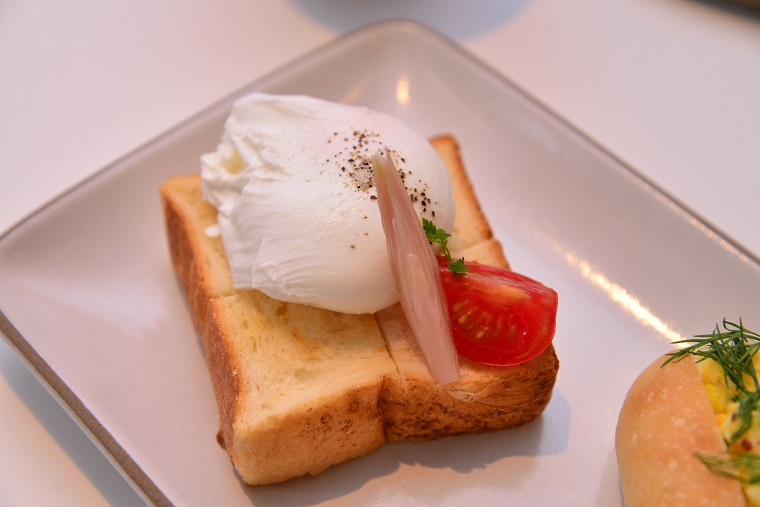 ↑トースト ポーチドエッグ 594円