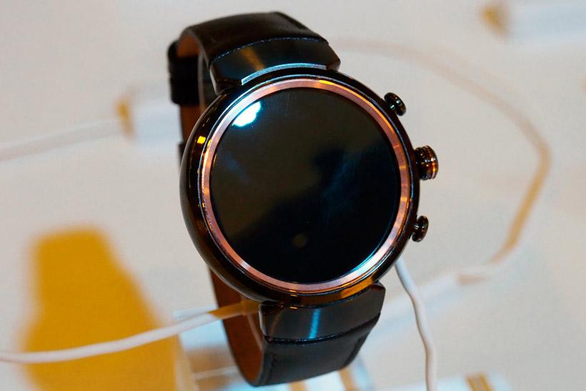 ↑ASUSの「ZenWatch 3」はよりアナログ腕時計らしい外観になった