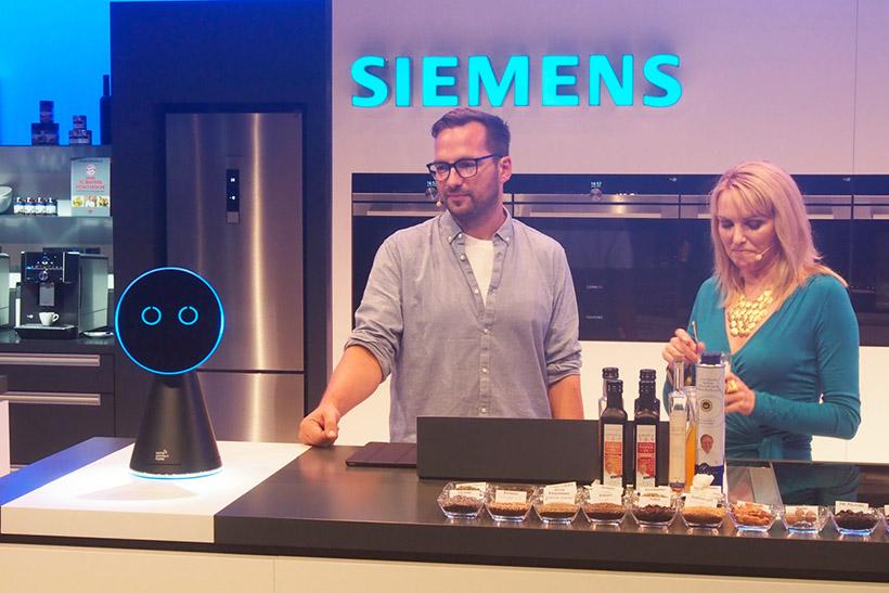 ↑ボッシュとシーメンスのキッチンロボット「MyKie」。音声会話が可能だ