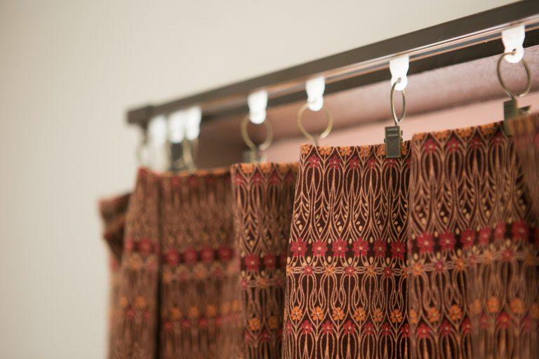 ↑カーテンの代わりに普通の布地を挟むこともできるカーテンクリップというアイテムは手軽に部屋の雰囲気を変えられて便利