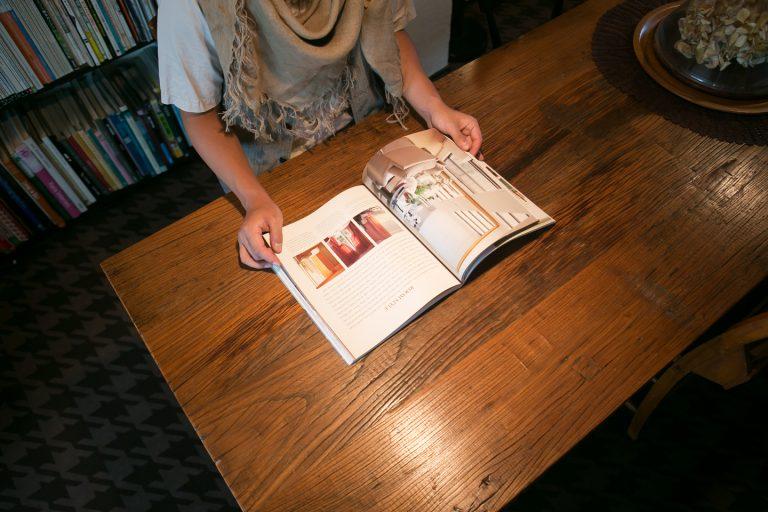 ↑ペンダントライトなどで手元さえしっかり明るく照らしていれば夜間の読書もできる。あえて部屋全体を照らさないことが部屋の表情を変えてくれる