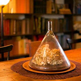 ↑大きなテーブルの上の置いたドライフラワー。ガラス製のケースに入れることで不思議と1段階ゴージャスに見える