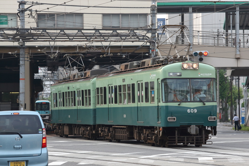 ↑浜大津駅を発車する石山坂本線の600形電車。浜大津駅付近で併用軌道区間を走る
