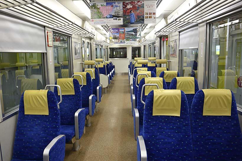 ↑800系の前後先頭車両はクロスシート。2列1列の配置で旅気分が楽しめる