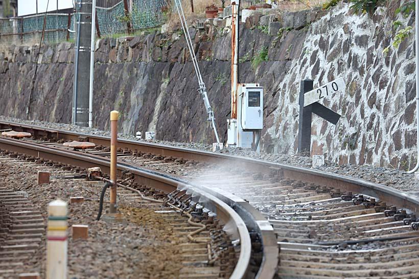 ↑京津線の急カーブ区間ではスプリンクラーが作動。電車通過時の車輪が出すきしみ音を緩和する