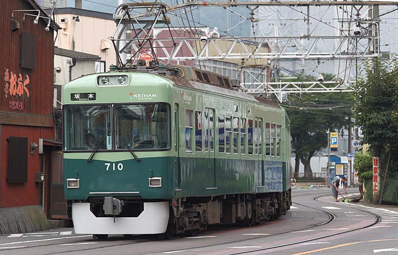 ↑石山坂本線の700形。浜大津駅を出た電車は民家のすぐ目の前を縫って坂本方面へ向かう