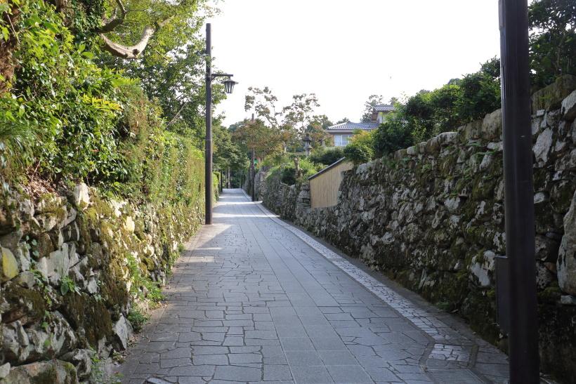 ↑比叡山延暦寺の門前町・坂本。今も自然石を用いた石垣で囲まれた里坊が多い
