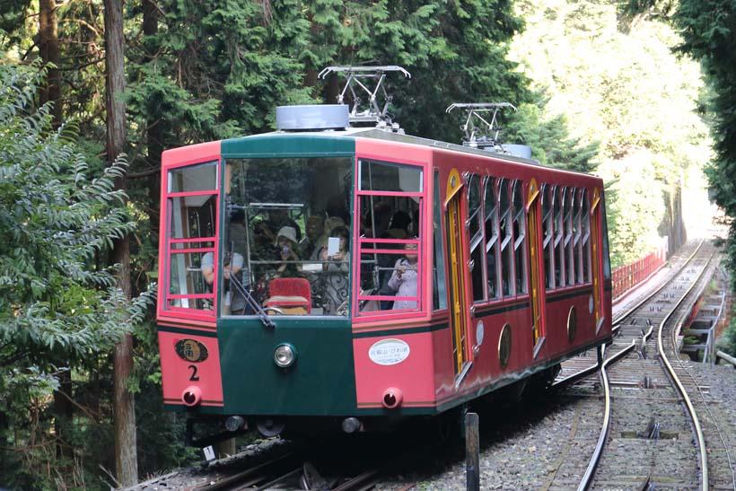 ↑比叡山延暦寺へは、麓の坂本ケーブル駅から比叡山鉄道(坂本ケーブルカー)の利用が便利だ。