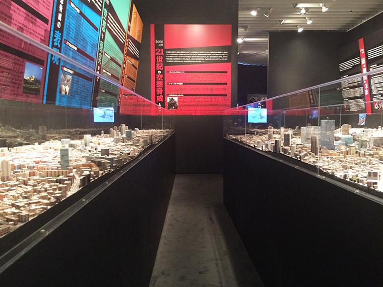 ↑両サイドに広がるジオラマ。よく目を凝らすと再開発後の渋谷の風景や現在新たに建設中の新国立競技場を見つけることができる