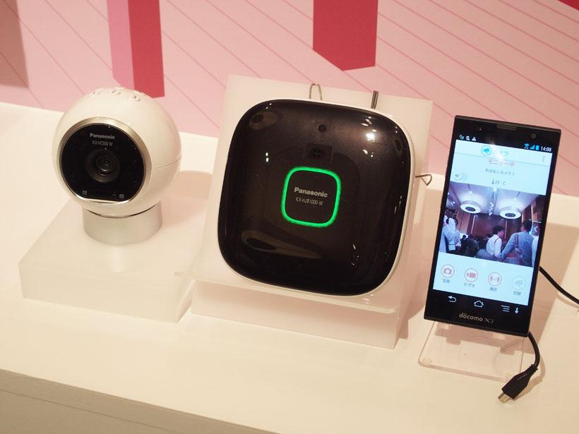 ↑おはなしカメラ(左)とホームユニット(中央)