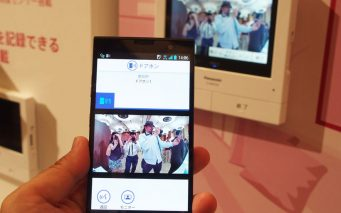 ↑ドアホンの本体に受信した映像はスマートフォンで確認できます