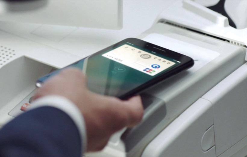 ↑Suica対応により、iPhone 7をかざすだけで自動改札を通過できる