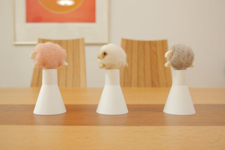 ↑天然の羊毛フェルト素材で手づくりされた羊がかわいいボトルディフューザー。「スリープシープ アロボックル」各¥1,944(税込)、別売エッセンスオイルボトルは「ディープブレス/クールダウン/スイートドリーム」3種の香り、各¥1,620(10ml) http://www.at-aroma.com/