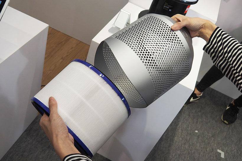 ↑筒形フィルターは、本体から引き抜くようにして取り外し可能。カバー内にHEPAフィルターが収納されている