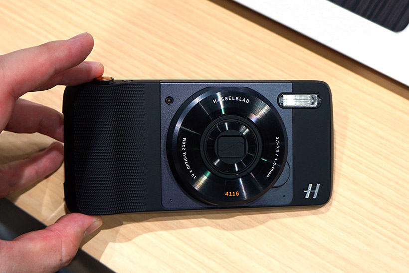 ↑今回、最も注目を浴びたMoto Modsの一つ「ハッセルブラッドTRUEZOOM」。標準のリアカメラに代わり、1200万画素、光学10倍ズームのカメラモジュールで撮影が可能になります。価格は税抜28,800円