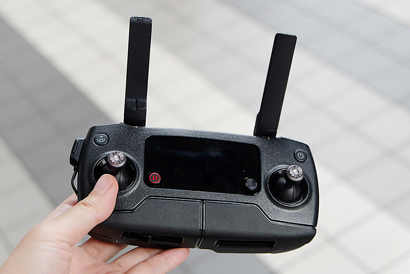 ↑送信機。下部にスマートフォンをセットできる