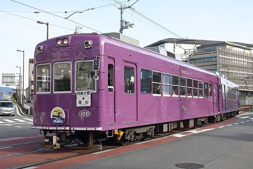 ↑京紫カラーにぬられたモボ101形。ほかにグリーンベージュのモボ101形も走っている
