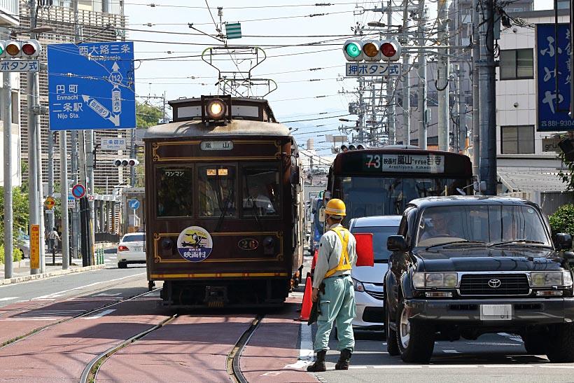 ↑蚕ノ社駅付近の大渋滞。電車は職員の交通整理のおかげすいすい走る。写真の電車はモボ21形