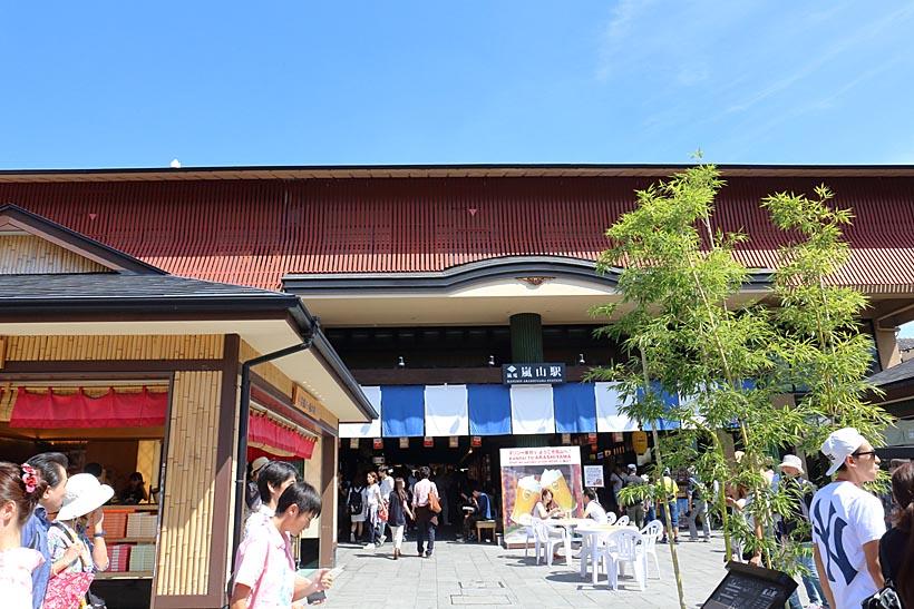 ↑嵐山本線の終点・嵐山駅は2013年に改装されたばかり。駅から渡月橋までは徒歩約2分の距離