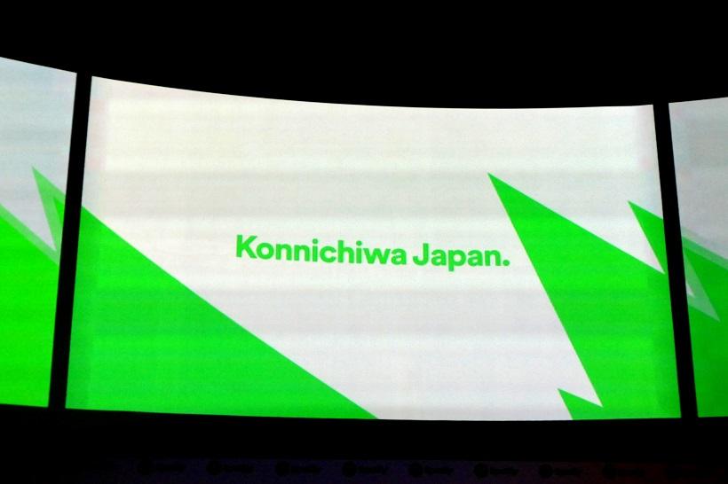 """↑発表会場のスクリーンには""""Konnichiwa Japan."""" の文字が"""