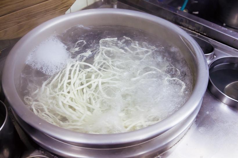 ↑店で製麺したきしめん は、大釜でたっぷりの お湯でゆでられる。名 古屋風のきしめんにこ だわった味は絶品だ