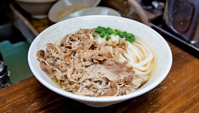 ↑肉うどん/温(530円) 、いりこだしと肉汁の味の相性が抜群。濃すぎない肉の味付けもいい