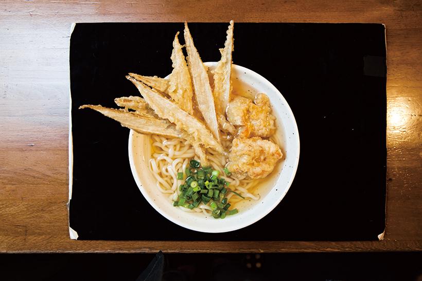↑とりごぼう天うどん(550円) 細麺に黄金色のつゆが絡み、 国産ごぼうの食感が相まっ てたまらないうまさ。夏は冷やしの「とりごぼう天ざる」もオススメだ