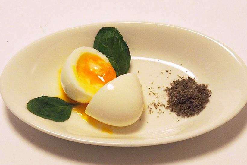 ↑皿の右にあるのが20分燻製した塩。もともとは真っ白だったが、焦げ茶色に変わり、スモーキーな香りがする。ただの半熟卵も、この燻製塩をかけるだけで、オードブルのような高級な味に変わった