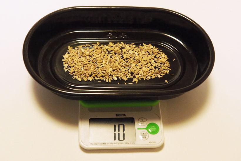 くんせい容器にチップを10~15gほど入れ、くんせい網と食材をのせて容器をホイルで覆う。ホイルを使うことで燻製を作った後も庫内などは驚くほど汚れない