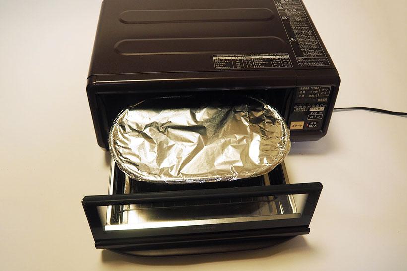 ↑くんせい容器にチップを10~15g(上写真)ほど入れ、くんせい網と食材をのせて容器をホイルで覆います。ホイルの利用により、燻製を作ったあとも庫内などは驚くほど汚れません